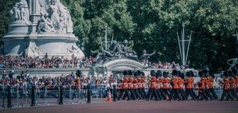 Daglig vaktändring i Buckingham Palace, London arkivfoton