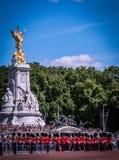 Daglig vaktändring i Buckingham Palace, London fotografering för bildbyråer