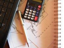 Dagliga diagram, räknemaskin, penna, anteckningsbok Arkivfoto