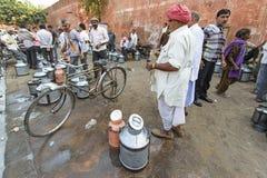 Dagliga traditionella mjölkar marknaden på Jaipur Royaltyfria Foton