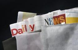 Dagligen nyheterna på tidningar Fotografering för Bildbyråer