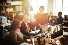 Dagligt liv av affärsfolk på kontoret royaltyfria bilder