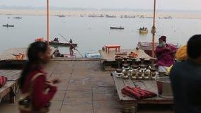 Dagligt liv i ett Ganges River Ghat stock video