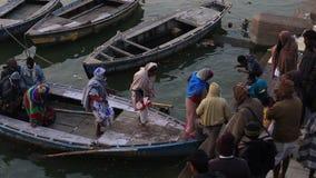 Dagligt liv i ett Ganges River Ghat lager videofilmer