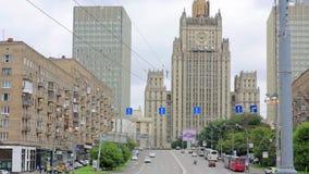 Dagligt liv och trafik i Moskva stock video