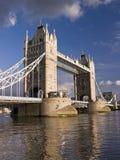 daglondon för bro molnigt torn Arkivbild
