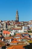 Dagmening van de oude die stad van Porto door Torre de toren van Dos Clerigos wordt overheerst royalty-vrije stock foto