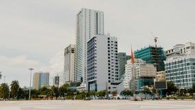 Dagmening van het belangrijkste vierkant in Nha Trang met wolkenkrabbers Stock Foto's