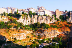 Dagmening van huizen op rots in Cuenca Royalty-vrije Stock Foto's