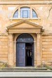 Dagmening van ingangsdeur aan Heilige Dwarskerk in Daventry-stadscentrum Stock Fotografie
