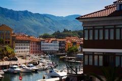 Dagmening van Llanes met haven asturias Stock Fotografie