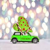 Dagmoeder, Stuk speelgoed auto, eigengemaakt leveren, harten, gift, liefde, c Stock Foto's