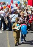 dagmoscow seger Odödligt regemente på Moskvagatan Tusentals marscherar för att minnas rel för världskrig 2 Royaltyfri Fotografi