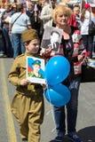 dagmoscow seger Odödligt regemente på Moskvagatan Tusentals marscherar för att minnas rel för världskrig 2 Royaltyfri Foto