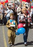 dagmoscow seger Odödligt regemente på Moskvagatan Tusentals marscherar för att minnas rel för världskrig 2 Arkivbild