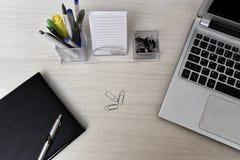 Dagordning med inte bok- och skrivbordmaterial på tabellen arkivfoto