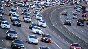 Dagrusningstidtrafik på upptagen motorväg i Los Angeles