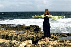 dagseashore som blir den blåsiga kvinnan Fotografering för Bildbyråer
