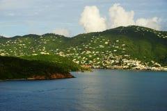Dagsidosikt av den St Thomas ön från vatten Arkivbilder