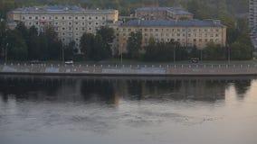 Dagsikt av invallningen av floden stock video