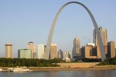 Dagsikt av nyckelbågen (nyckel till det västra) och horisont av St Louis, Missouri på soluppgång från östliga St Louis, Illinois  Royaltyfria Bilder