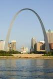 Dagsikt av nyckelbågen (nyckel till det västra) och horisont av St Louis, Missouri på soluppgång från östliga St Louis, Illinois  Arkivfoton