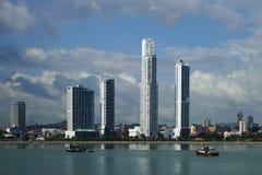 Dagsikt av Panama City över den Panama fjärden med fiskebåtar på förgrunden Fotografering för Bildbyråer