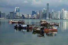 Dagsikt av Panama City över den Panama fjärden med horisont och fiskebåtar på förgrunden Fotografering för Bildbyråer