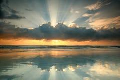 Dagsikt av soluppgång på sjösidan Royaltyfria Foton