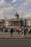 Dagsikt av Trafalgar Square med folk omkring Fotografering för Bildbyråer