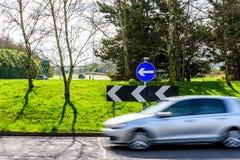 Dagsikt av upptagen trafik på UK-Motorwaykarusell royaltyfria foton