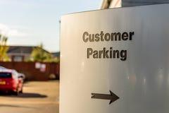 Dagsikten av kundparkeringstecknet på flodstranddetaljhandel parkerar Northampton UK Arkivbild