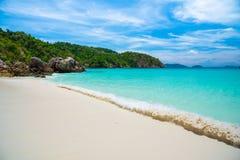 Dagsljus för sol för sand för blå himmel för havsstrand Royaltyfri Bild