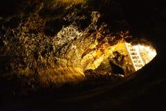 Dagsljus reflekterade i den Golden Dome grottan i Lava Beds National Monument, Kalifornien royaltyfri bild