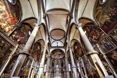 Dagsljussikt från botten till den gotiska smyckade inre av Churc Arkivbild