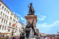 Dagsljussikt från botten till den rid- statyn av konungen Victor Em Arkivbilder