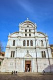 Dagsljussikt från botten till den smyckade fasaden av kyrkan av San Royaltyfri Bild