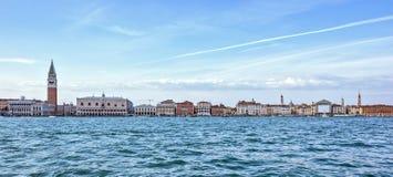 Dagsljussikt från fartyget till Riva degliSchiavoni strand och c Fotografering för Bildbyråer