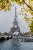 Dagsljussikt på Eiffeltorn och banken av Seine River Guld- höst i Frankrike Royaltyfria Foton