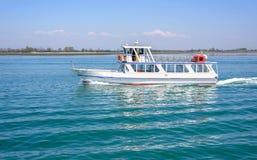 Dagsljussikt som tömmer det touristic fartyget som kryssar omkring på vatten Royaltyfria Bilder