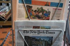 Dagstidningar för engelskt språk på nyheternaställning arkivbilder
