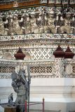 Dagtid av den kinesiska förmyndarestatyn på huvudsakliga Prang Wat Arun Ratchawararam Ratworamahawihan Temple av gryning Arkivfoton