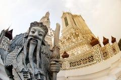 Dagtid av den kinesiska förmyndarestatyn på huvudsakliga Prang Wat Arun Ratchawararam Ratworamahawihan Temple av gryning Royaltyfria Foton