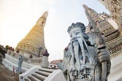 Dagtid av den kinesiska förmyndarestatyn på huvudsakliga Prang Wat Arun Ratchawararam Ratworamahawihan Temple av gryning Royaltyfri Bild
