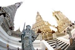 Dagtid av den kinesiska förmyndarestatyn på huvudsakliga Prang Wat Arun Ratchawararam Ratworamahawihan Temple av gryning Arkivfoto