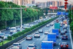 Dagtrafik, rusningstid i den stora staden, driftstopp från många bilar på väg med skilda vägbanorvägen, upptagen stadsgata, bästa royaltyfria foton