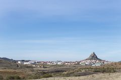 Dagzomende aardlaag rotsachtige heuvel met Kasteel, Cordoba Royalty-vrije Stock Foto