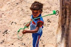 DAHAB, ÄGYPTEN - 26. AUGUST 2010: Junger nicht identifizierter beduinischer Junge in Ägypten Stockfotos