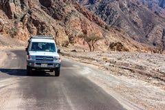 DAHAB, EGYPTE - 26 AOÛT 2010 : Touristes dans la jeep dans le désert près de Dahab, Egypte Image libre de droits