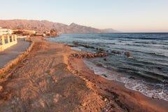 Dahab o restaurante e o sol aumentam com montanhas e mar na manhã Fotos de Stock